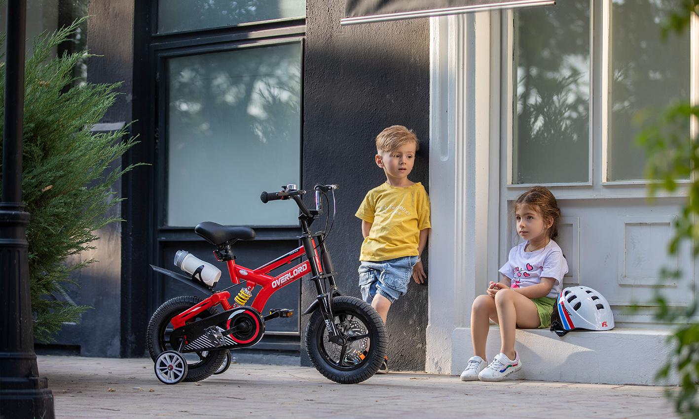 کودکان در کنار دوچرخه