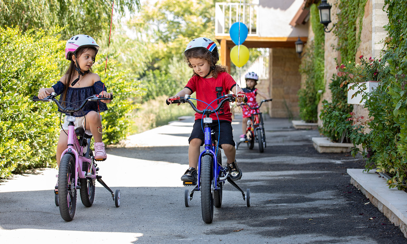 بچه ها در حال بازی با دوچرخه اورلرد