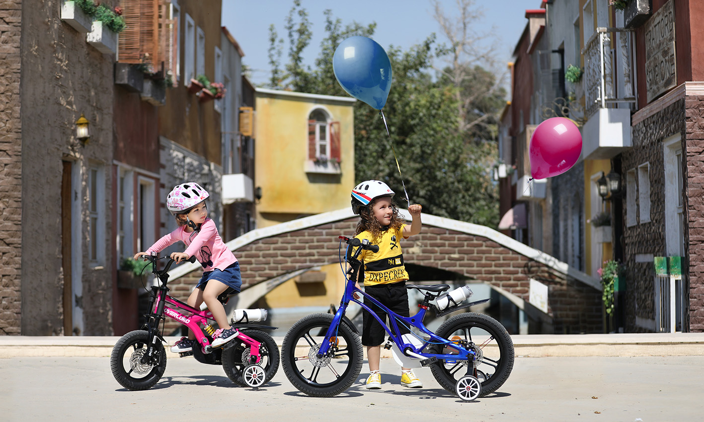 پسربچه در حال بازی با دوچرخه اورلرد